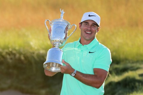 brooks-koepka-us-open-2017-trophy-sunday